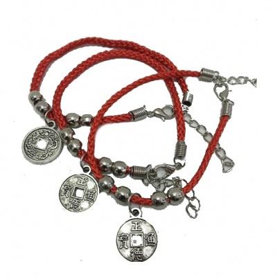 Красная нить с монетой (браслет)