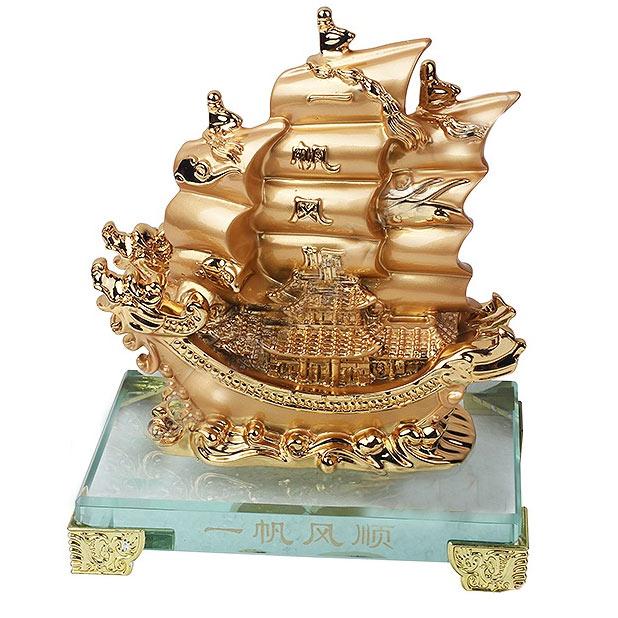 """Дракон-Корабль с сокровищами на полных парусах золотого цвета на стеклянной подставке  можно купить в интернет-магазине фэн-шуй """"Мой Талисман"""""""